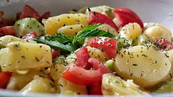 I verdi primi piatti del Salento: l'insalata di patate